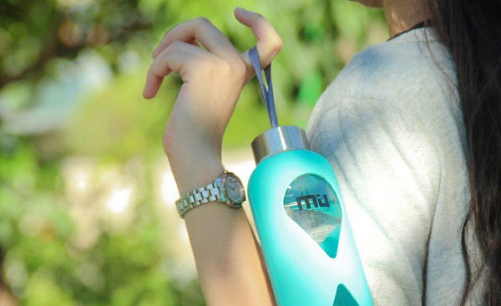 Bouteille en verre Miu Color bleue turquoise